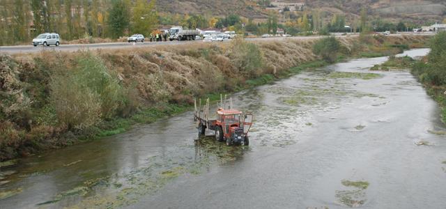 Kamyonun çarptığı traktör, Yeşilırmak'a uçtu: 1 yaralı