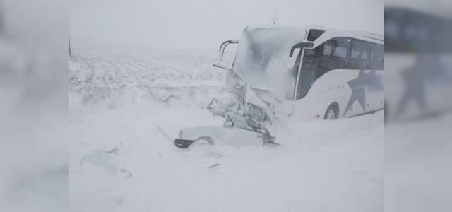 Tokat'ta yolcu otobüsü otomobile çarptı: 1 ölü, 3 yaralı