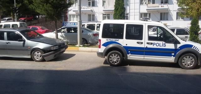 Kırmızı ışıkta geçen sürücüye işlem yapmak isteyen polis kaza yaptı