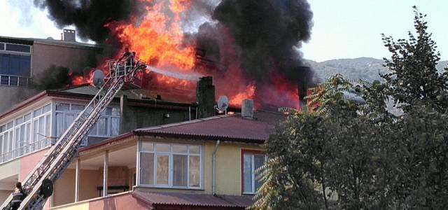 Reşadiye'de 3 katlı binanın çatısı alev alev yandı