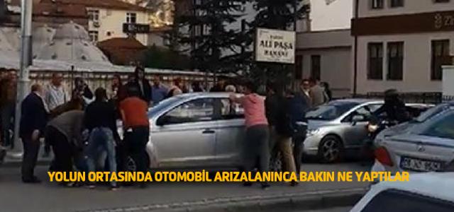Arızalanan Otomobili El Birliğiyle Kaldırıp Yolu Açtılar