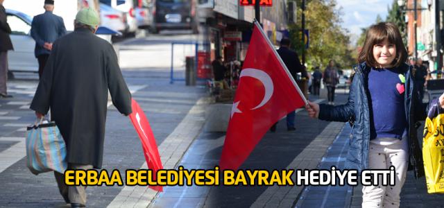 Erbaa Belediyesinden esnaf ve vatandaşlara bayrak hediyesi
