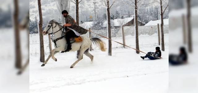 Atın arkasına bağlanan bidonla kayak keyfi