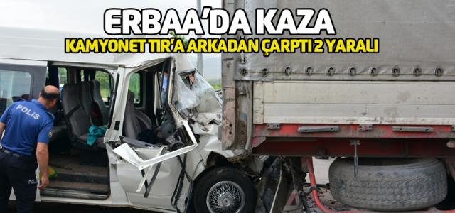 Erbaa'da Kamyonet TIR'a çarptı 2 yaralı