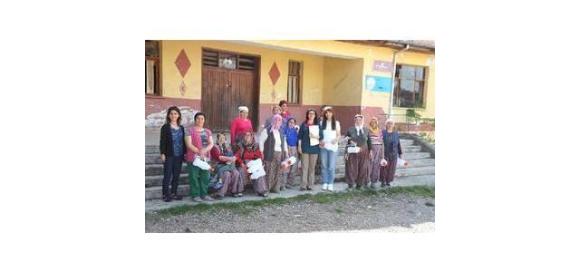 Tokat'ta kadın çiftçilere buzağı bakımı eğitimi