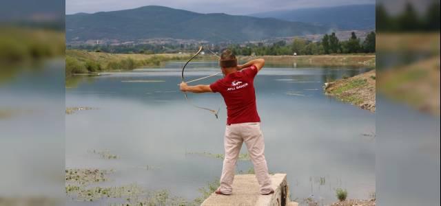 Geleneksel ok ve yay ile balık avlıyor