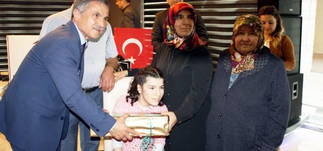 22 yıldır engelli kızına fedakarca bakan anneye yılın annesi ödülü