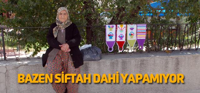 71 yaşındaki kadın 7 yıldır duvar üzerinde lif satıyor