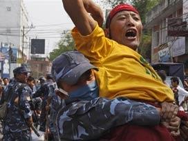 Çin'de iki Tibetli kendini yaktı