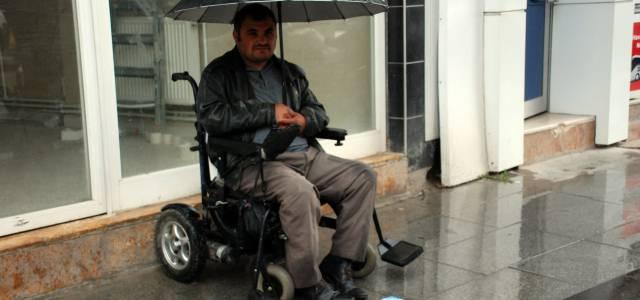 Engelli vatandaş tartıcılık yaparak ailesine destek olmaya çalışıyor