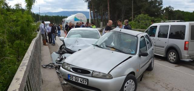 Köprüde iki otomobil çarpıştı: 1 ölü, 1 yaralı