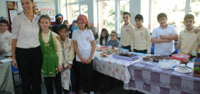 Öğrenciler sokak hayvanları için pasta, börek sattı