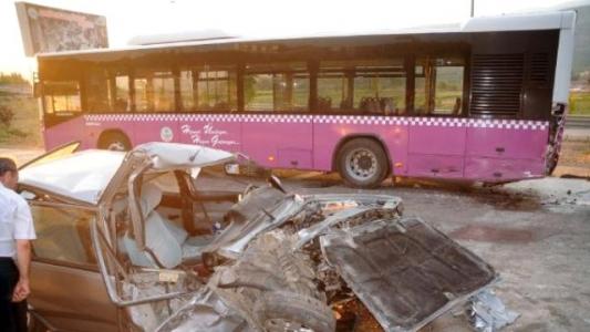 Otomobil, Belediye Otobüsüne Çarptı: 1 Yaralı