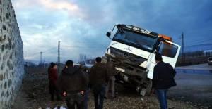 Tokat'ta hafriyat kamyonu, otomobile çarptı: 3 yaralı