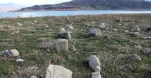 Baraj Suları Çekildi, Mezarlık Ortaya Çıktı