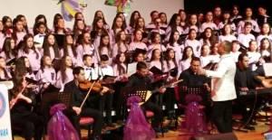Öğrenciler 8 dilde 12 şarkı söylediler