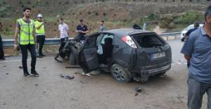 Erbaa#039;da otomobil refüje çarptı:...