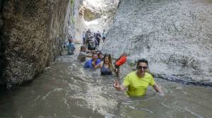 Zinav Kanyonu'nda şelaleden atlamak için birbirleriyle yarıştılar
