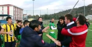 Tokat'ta Amatör Maçta Kavga; Elinde Sopayla Futbolculara Saldırmaya Kalktı
