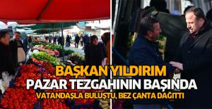 Başkan Yıldırım pazarda vatandaşa bez çanta dağıttı
