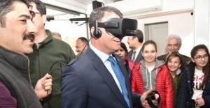 Vali Balcı, sanal gerçeklik gözlüğü taktı