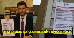 Yeni Başkan Karagöl borçları belediye binasına astı