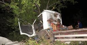 Devrilen kamyonetin uçuruma yuvarlanmasını kiraz ağacı engelledi