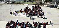 Liseli Erkek Öğrencilerden Anlamlı 'Kadınlar Günü' Kutlaması