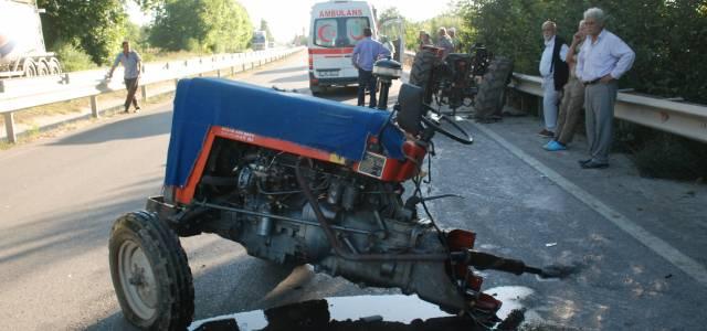 Trafik kazasında traktör ikiye ayrıldı