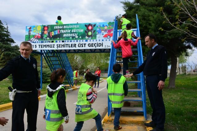 Köy okullarından gelen çocuklar eğlenerek trafik eğitimi alıyor