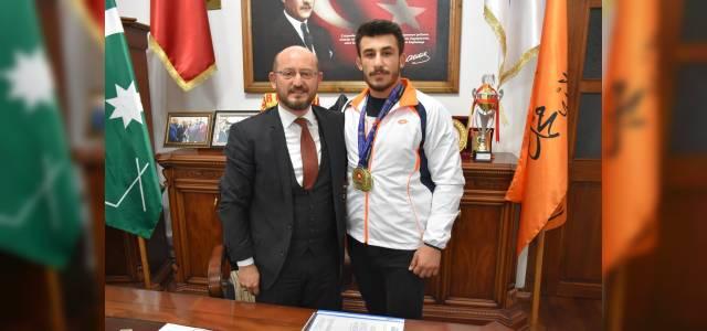 Başkan Özcan'dan Şampiyon güreşçiye ödül