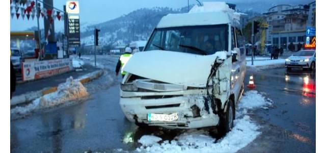 Kavşakta, Öğrenci Servisi ile Halk Otobüsü Çarpıştı: 12 Yaralı