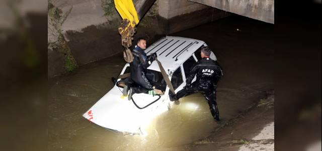 Otomobilin sulama kanalına düştüğünü işaret diliyle anlattı