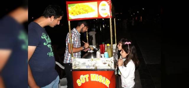 Engelli kuzenler, mısır satarak geçimlerini sağlıyor