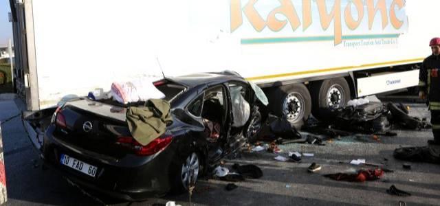 Erbaalı aile yok oldu! Otomobil Çorum'da tırın altına girdi: 4 ölü