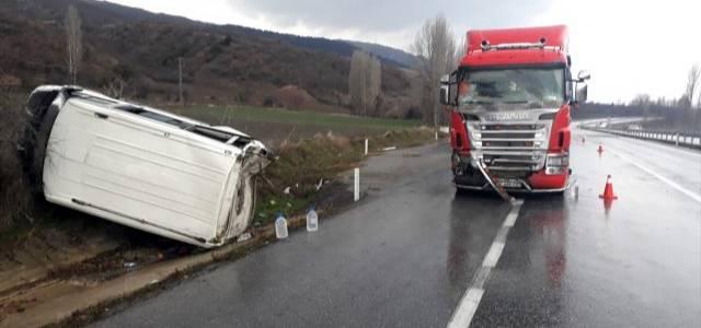 Amasya'da minibüs ile tır çarpıştı: 3 yaralı