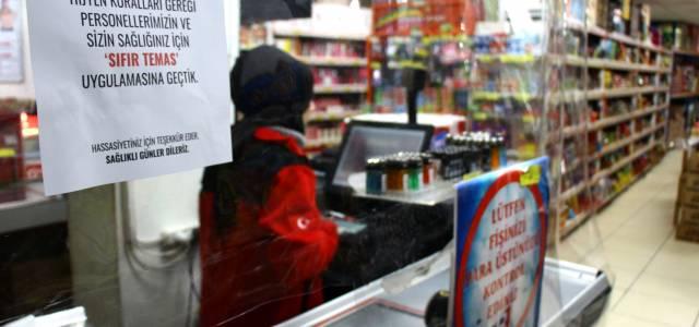 Erbaa'da Markette 'şeffaf branda' ile koronavirüs önlemi