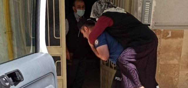 Hasta kadını polis sırtında taşıdı