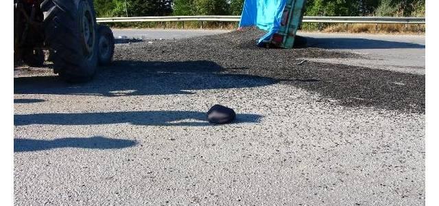 3 kişinin yaralandığı kazada yola saçılan çekirdekleri vatandaşlar topladı