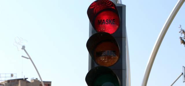 Tokat'ta trafik ışıklarına maske, hijyen ve mesafe yazısı