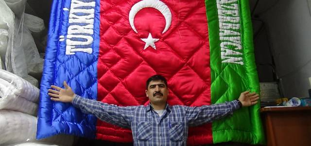 Azerbaycan ve Türk bayrağı desenli yorgan dikti