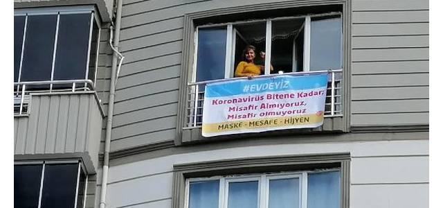 """Evinin camına """"Koronavirüs bitene kadar misafir almıyoruz"""" yazılı afiş astı"""