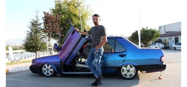 Erbaa'da kapıları yukarıya açılan otomobil, ilgi görüyor