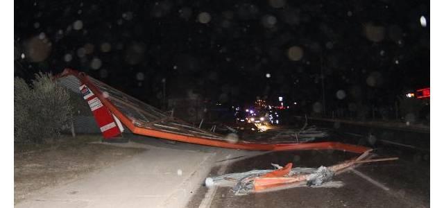 Erbaa'da kuvvetli rüzgarda çatılar uçtu