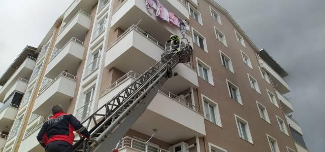 Erbaa'da apartmanda yangın; mahsur kalanlar itfaiye merdiveni ile kurtarıldı