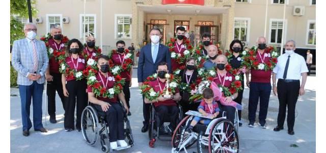 2'nci Lig'e yükselen bedensel engelli basketbolcuları vali karşıladı