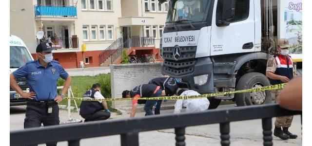Çöp kamyonu 10 metre sürükledi; emekli başçavuş öldü, emekli albay oğlu yaralı