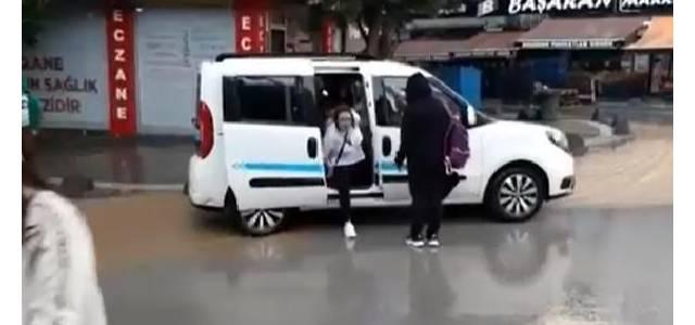 Su biriken caddedeki hafif ticari araç, yayalara geçit oldu