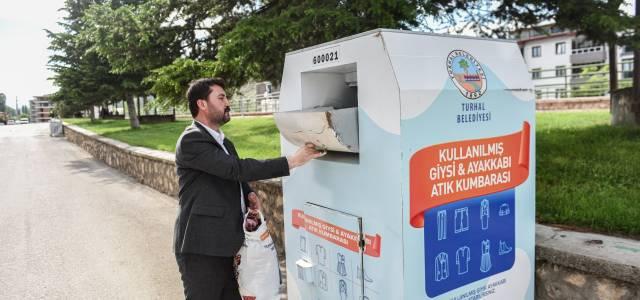 Turhal'da 25 noktaya giysi kumbarası yerleştirildi