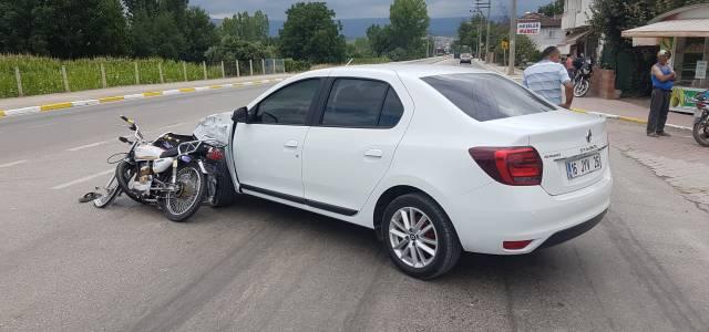 Erbaa'da otomobil motosiklete çarptı 1 yaralı